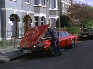 Des steals a Jaguar XJS in 'The Bounty Hunter'